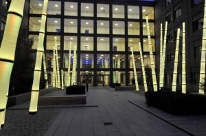 Ljusskulpturer i form av bambustänglar utanför en entré till sjukhuset Maasstad i Rotterdam.