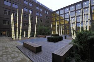 Ljusinstallationerna i form av bamburör finns även på innergården.
