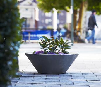 Stort planteringskärl i sandgjuten aluminium från Nola med utsökta proportioner och vinklar.