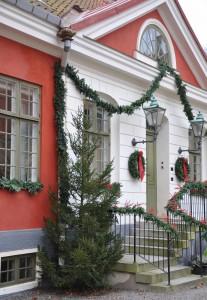 Julpyntad entré till huvudbyggnaden på Katrinetorps gård.