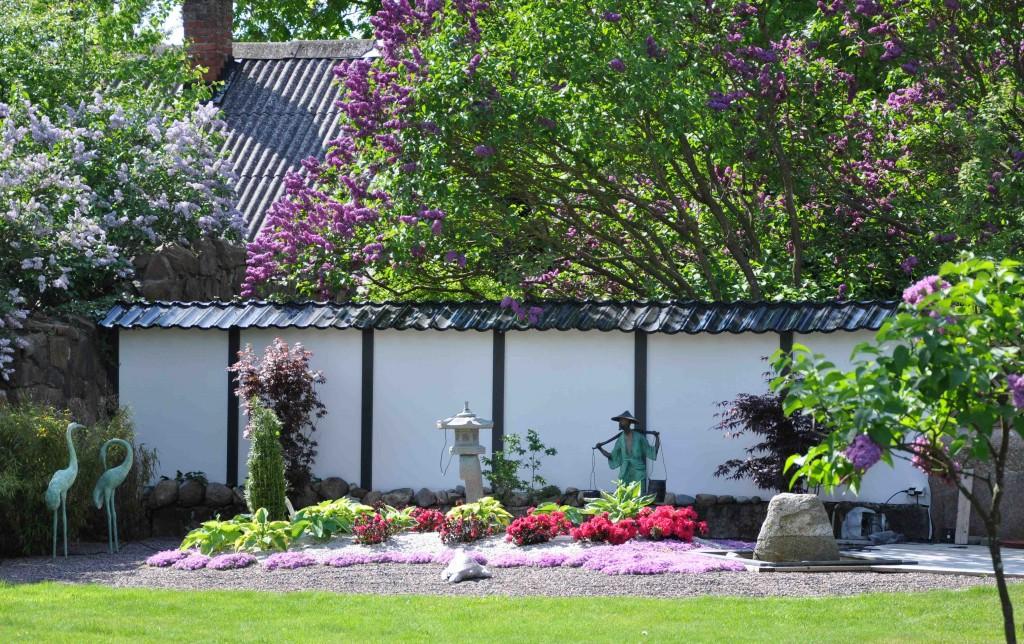 Växterna formas och tuktas strängt för att hålla formen i den japanska trädgården.