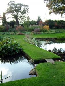 Vattenträdgården har många dammar och gräsklädda övergångar.