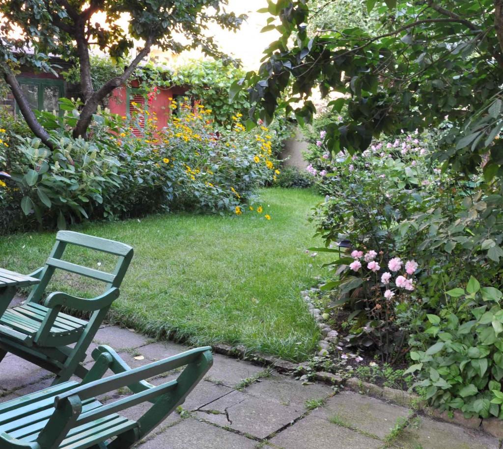 En liten trädgård upplevs större om man inte ser allt på en gång.
