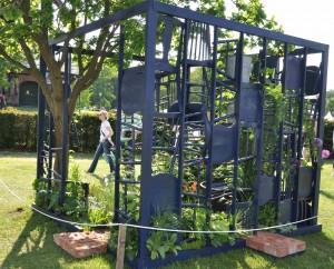 Gamla pinnstolar bildade ram kring trädgården.