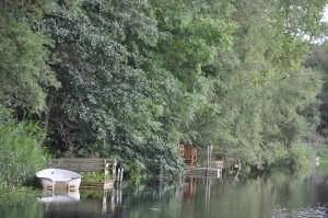De boende har sina egna bryggor nere vid ån.