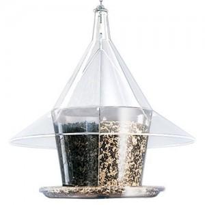 Olika fåglar gillar olika sorts mat. Frö och fett passar de flesta.
