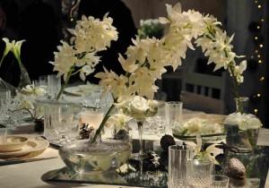 Vita orkidéer prydde dukningen som gick helt i vitt.