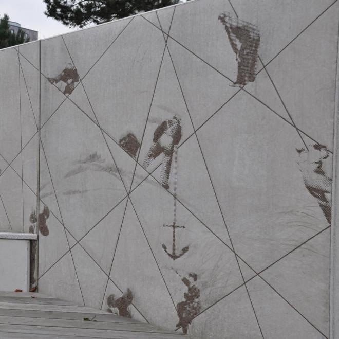 Grafisk betong ger ytan på stödmuren en fotografisk dimension.