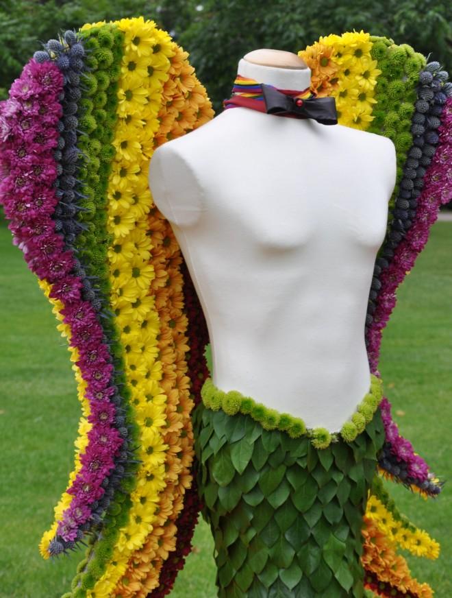 Regnbågsfärgat med änglavingar i floristens händer.
