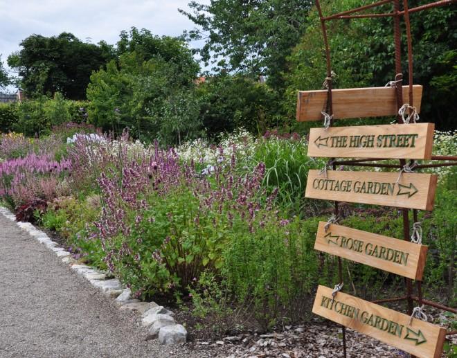 Perennbäddarna och rosenträdgården är de stora dragplåstren i den engelska trädgården.