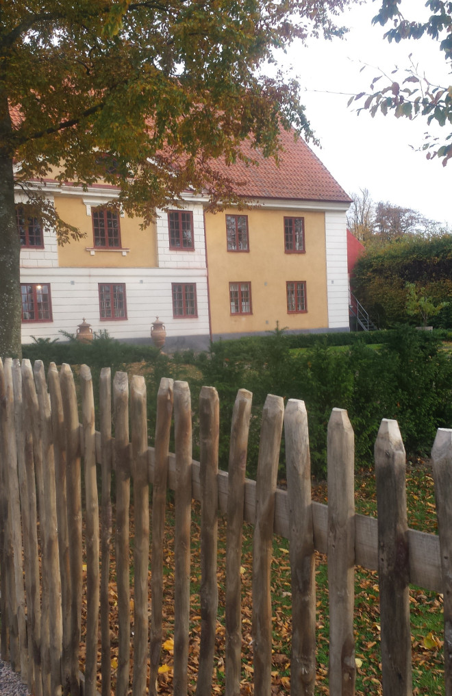 Byggnaderna på Katrinetorp har renoverats med tidstypiska detaljer och byggnadsdelar.