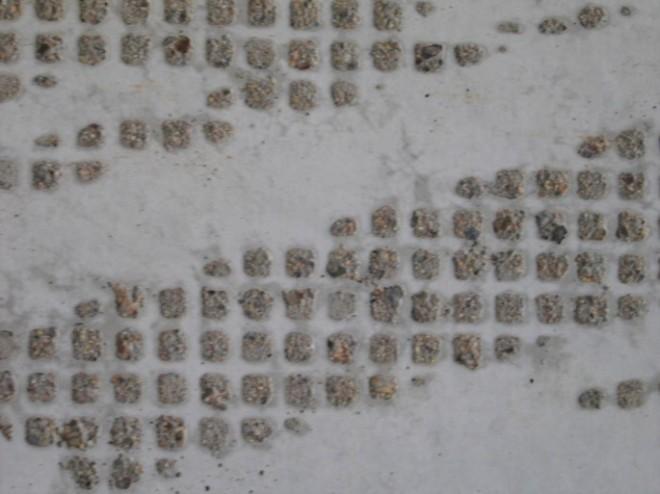 Cementpastan tvättas bort och ger mönsterbilder i betongytan.
