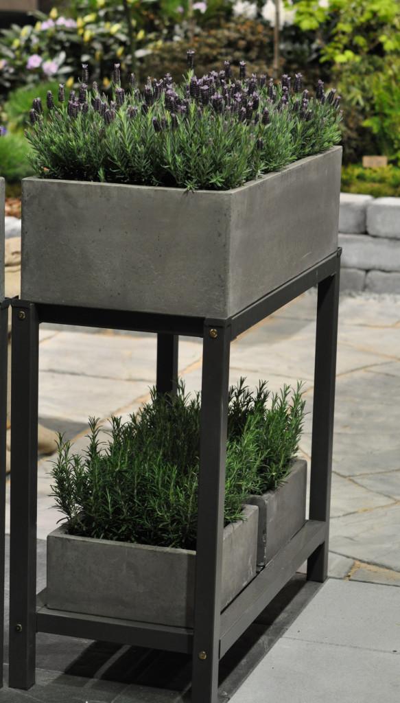 Snyggt odlingsbord för den strikta uteplatsen eller balkongen.