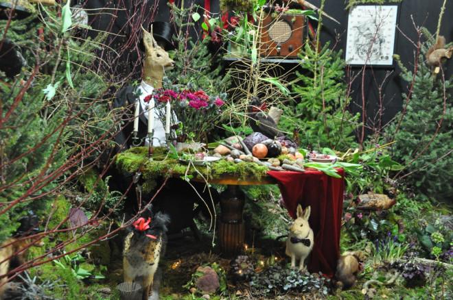 Vilda djur i en mustig samling trädgårdsväxter ger en sagovärld.