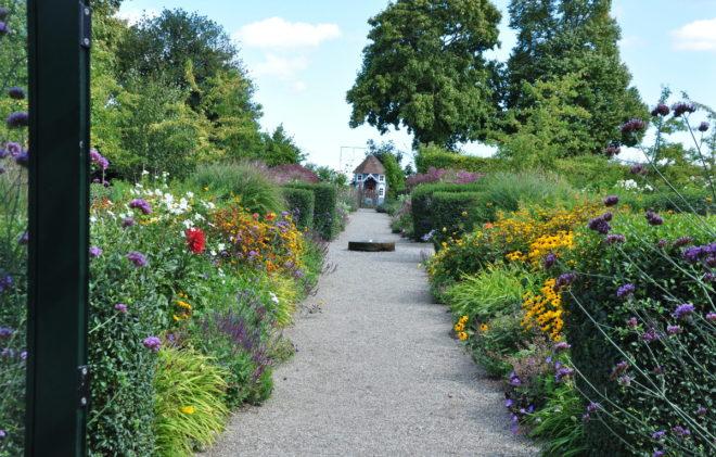 Den engelska trädgården på Svabesholm blommar hela sommaren.