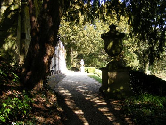 Ständiga växlingar mellan sol och skugga upplever man i promenaden kring Roushams landskapspark.