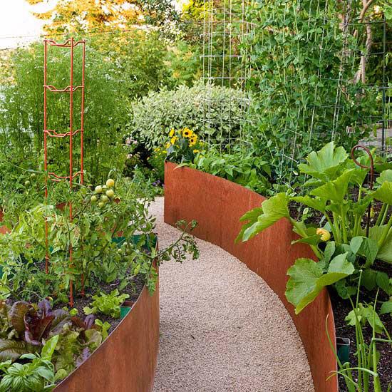 Cortenstålsbarriärer till squashen och rostfria spaljéer för störbönorna kan bli verklighet i en trädgård nära dig.