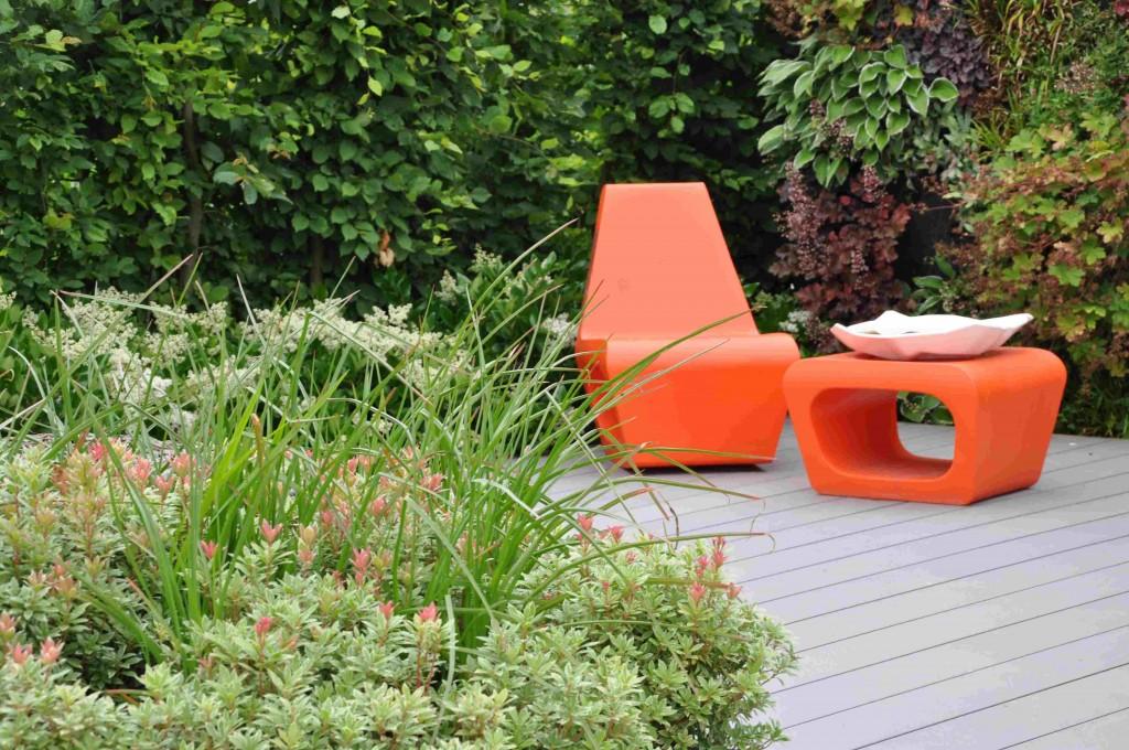 Orange plastmöbler är inget för den försiktige trädgårdsägaren, men piggar verligen upp en färglös trädgård.