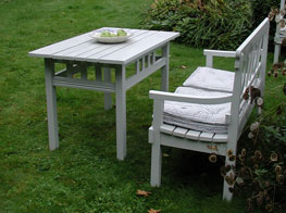 Väldigt snyggt vitmålat trädgårdsbord med gustavianska detaljer.