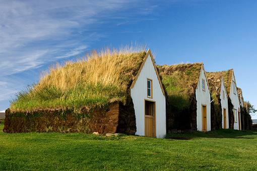 På Island har man alltid byggt in husen i grästorv för att skydda dem mot naturens krafter.