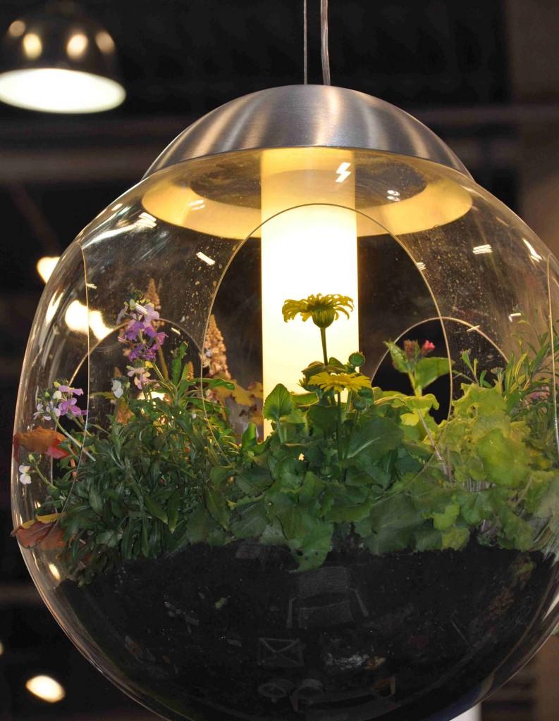 Taklampa med utrymme för att plantera växter är en kul grej från Greensworks.