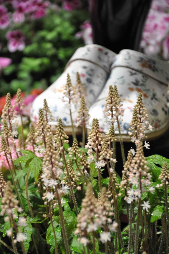 Blommönstrade tyger, väskor och skoplagg är trendigt just nu.
