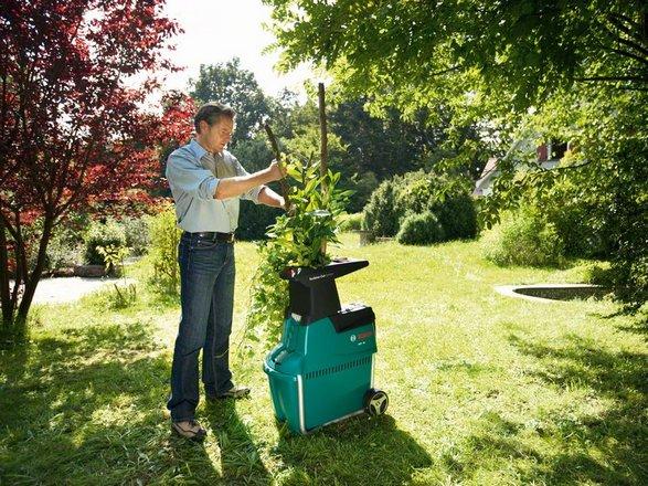 Kompostkvarnen maler ner grenar och annat grovt trädgårdsavfall.