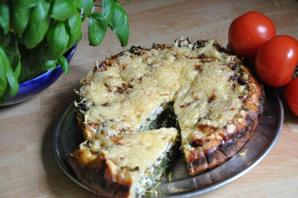 Paj med kirskål och färska kryddor passar till picknick och buffé.