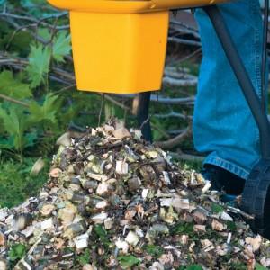 Grovt träflis kan läggas som marktäckning eller komposteras.
