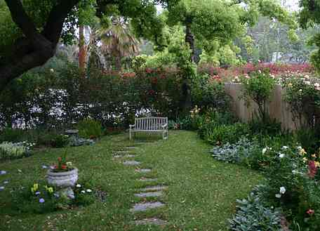 Mysig trädgårdsvy från en liten engelsk trädgård.