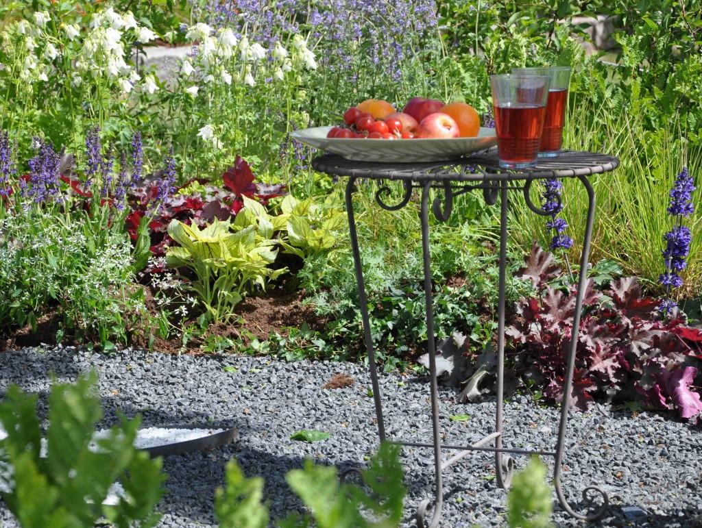 Jordgubbssaft i bersån i en vacker trädgård byggd av Linköpings kommun.