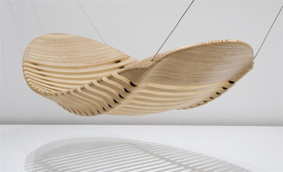 Mycket välgjord ergonomisk hängmatta i trä.