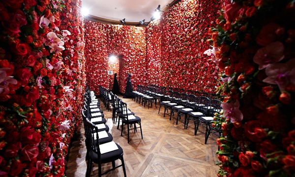 Fem blomsterdekorerade rum utgjorde bakgrund till höstvisningen hos Dior i juli.