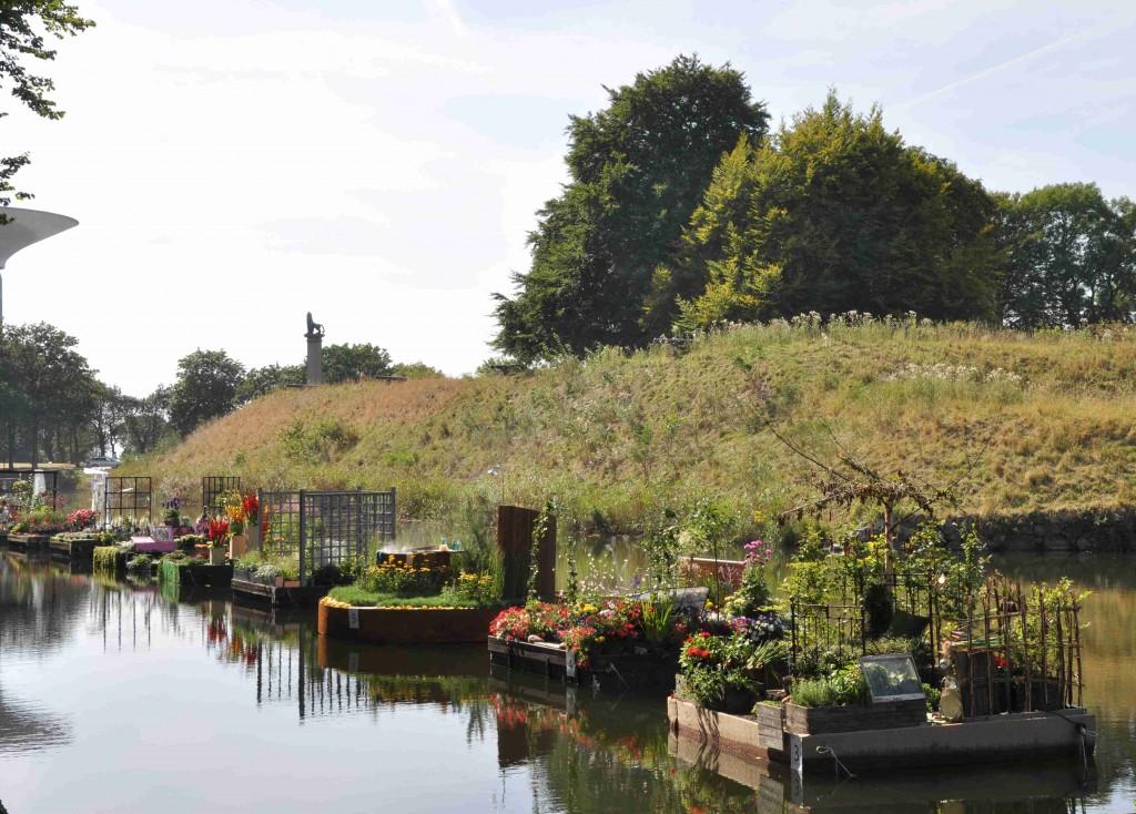 Små flytande idéträdgårdar i vallgraven kring Citadellet.