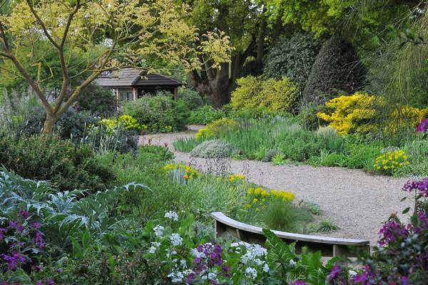 Skräpmark ligger till grund för dagens magnifika trädgård.