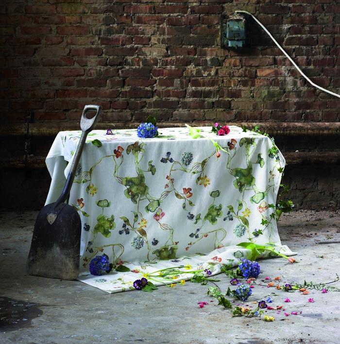 Duk med blommönster av Malin Björklund.