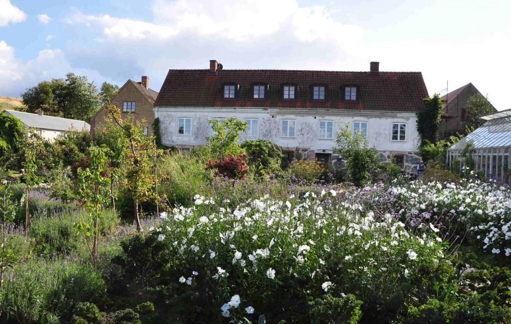 Gården är gammal och ligger högt uppe på Rörums backar.