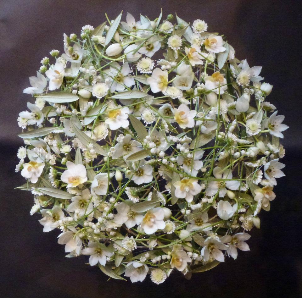 Ett mästerverk i blomsterbinderi med orkideer, krysantemum och flera.