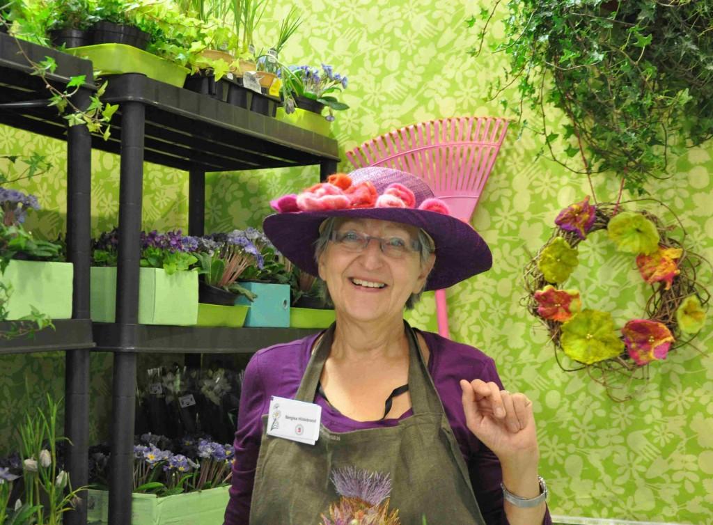 Bergisa sysslar med blommor i tyger och garner, men givetvis också äkta blomster i trädgården.