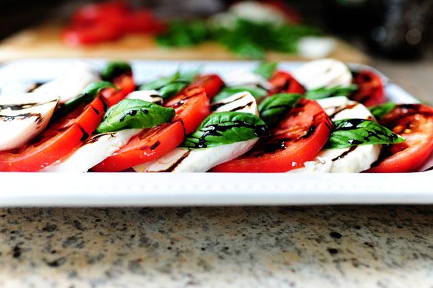 Mozzarellaost och solmogna tomater är en oslagbar kombination till förrätt eller lunch.