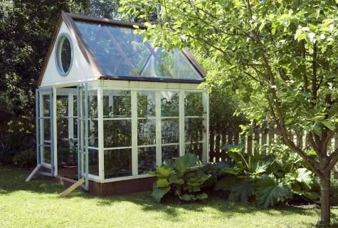 Ett växthus kan man sätta ihop av udda fönster om man är lite händig.