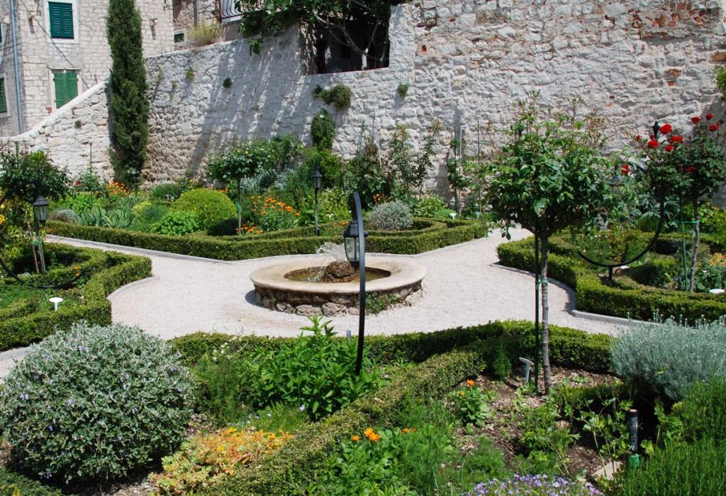Klostret St Lawrence i Sibenik, Kroatien har en vacker medelhavsträdgård.