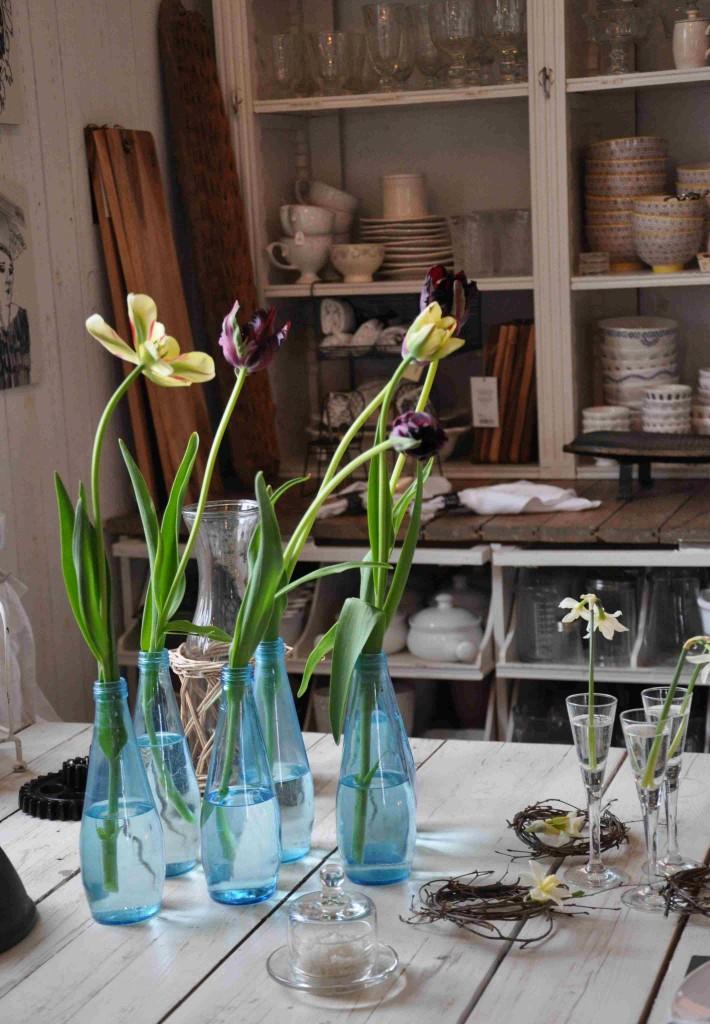 Glas och blommor hör så klart ihop. Blått glas är extra vackert i det tunna ljuset.