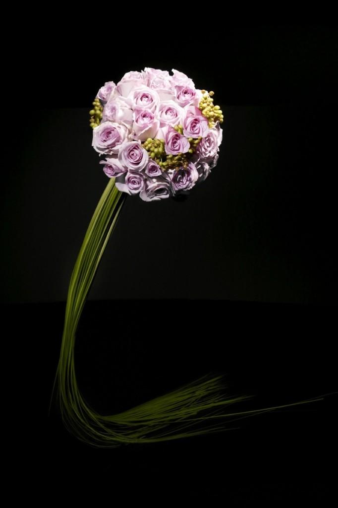 Brudbuketter med utsökta blommor hård bundna i bukett med hängande gräs.