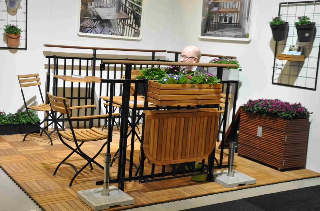 Med trädetaljer i samma stil kan man få en trivsam balkong.