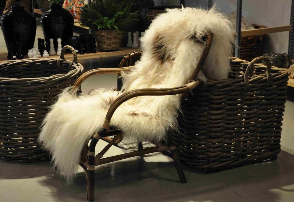 Lätta möbler som kan bäras in och ut när vädret växlar.