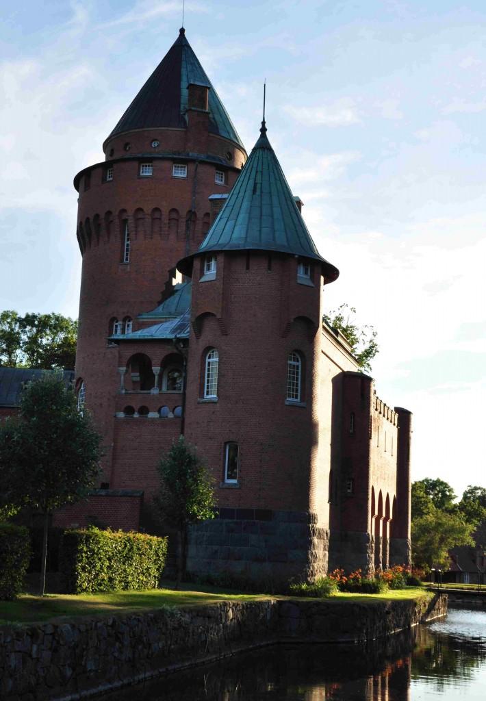 Hjularöds slott är en knappt 120 år gammal romantisk medeltidsborg.