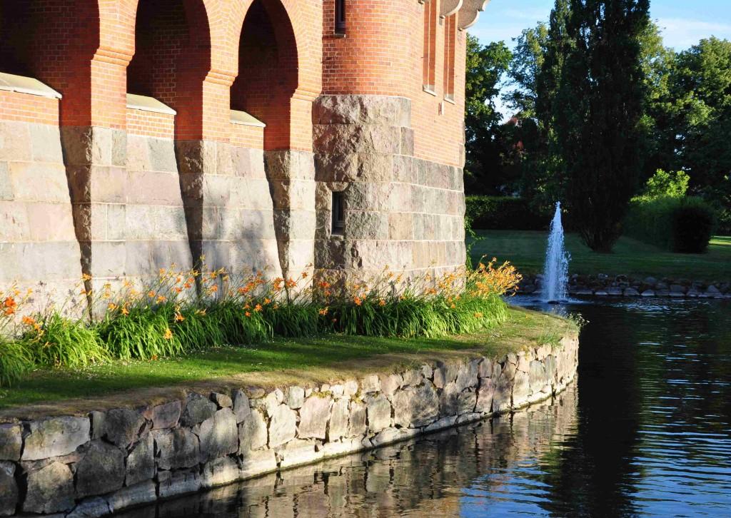 Hjularöds slott är uppfört i rött tegel under slutet av 1800-talet.