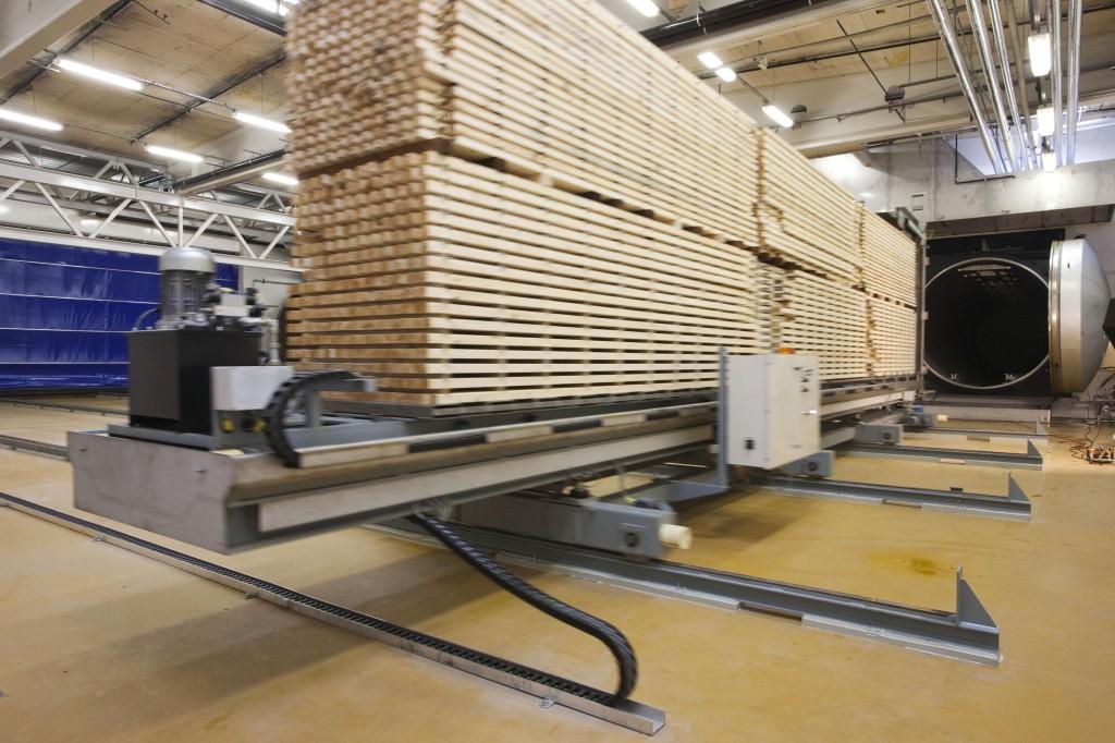 Träet impregneras på fabrik, torkas innan det är försäljningsklart.