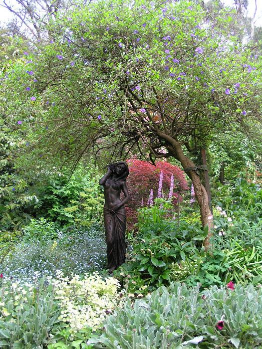 Konstverk och statyer är tacksamma fokuspunkter i trädgården.